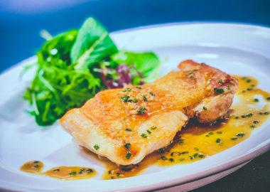 鶏ももステーキ完成(アップ):低温調理レシピ